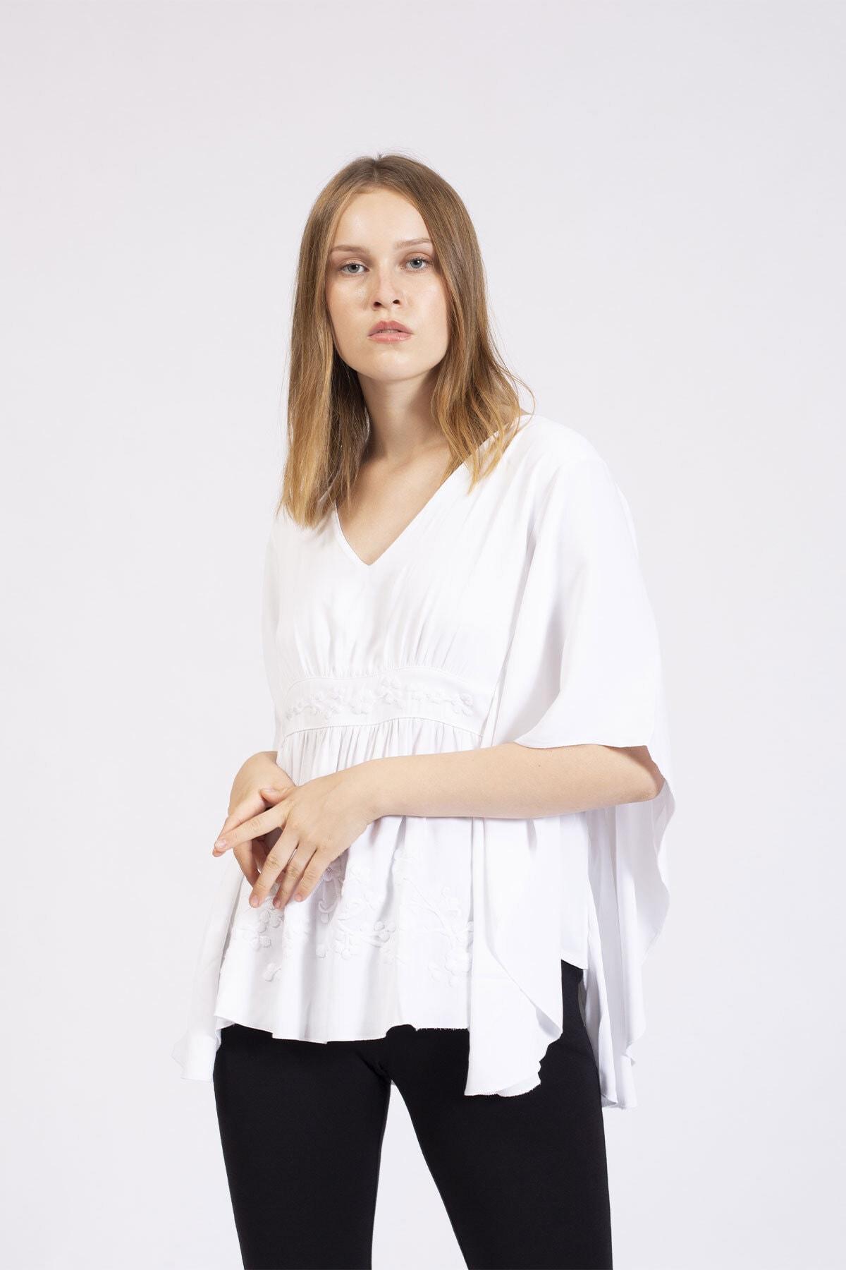 Hanna's Kadın Beyaz Çiçek Nakışlı Sırtı Dekolteli Bluz  HN2757