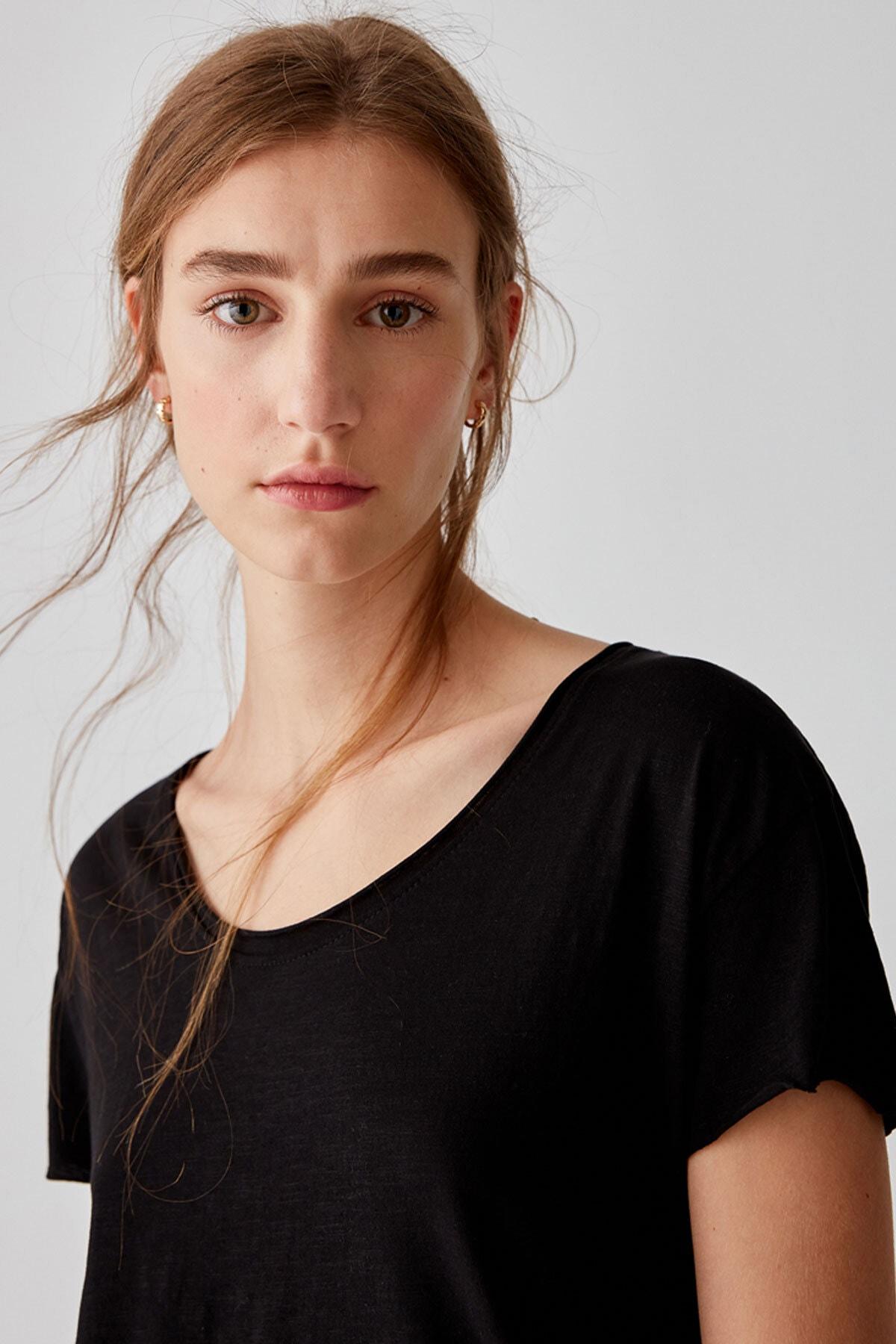Pull & Bear Kadın Siyah Biyeli Dikişli Basic T-Shirt 05236307