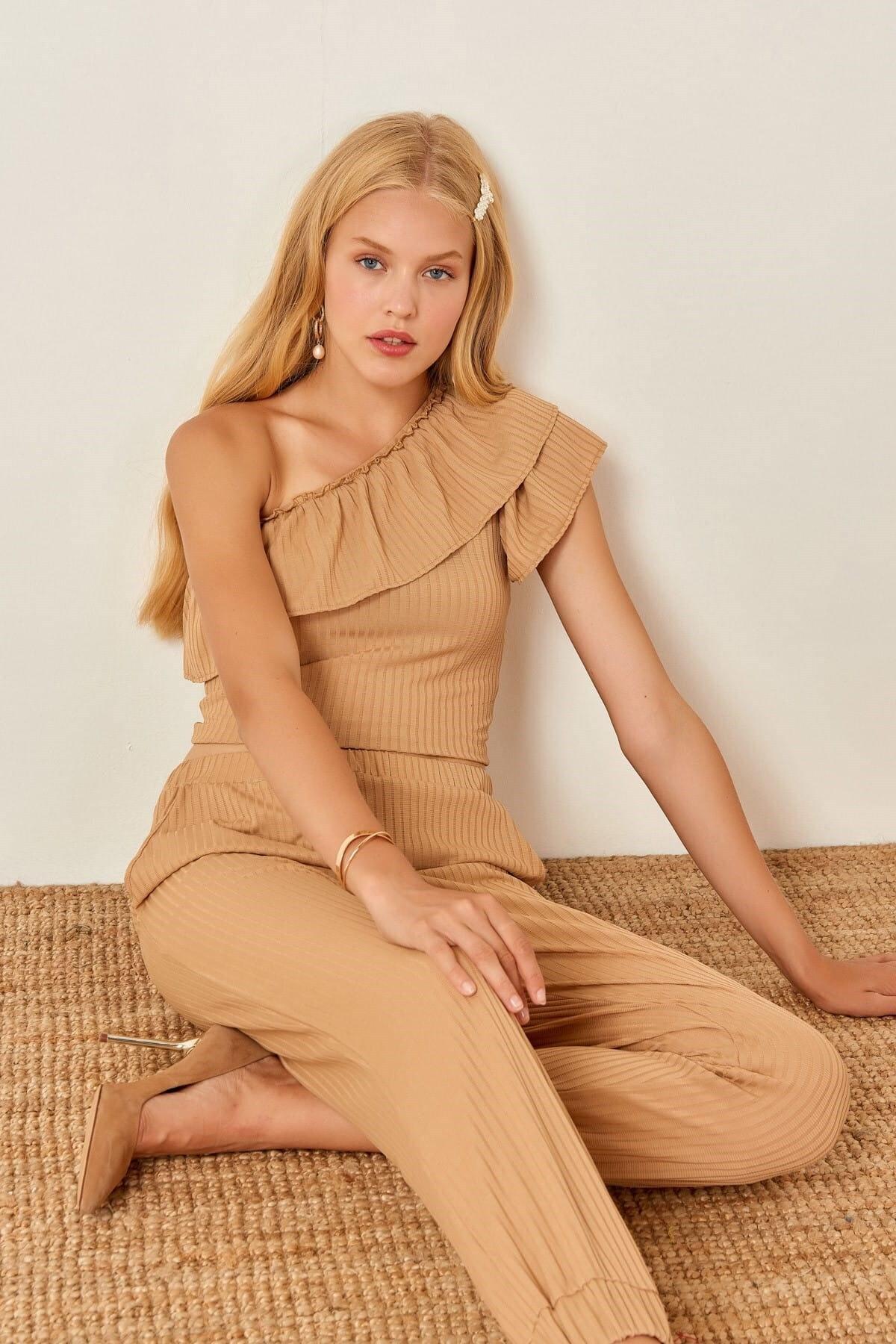 Boutiquen Kadın Sütlü Kahve Volanlı Tek Kol Bluz 4002B